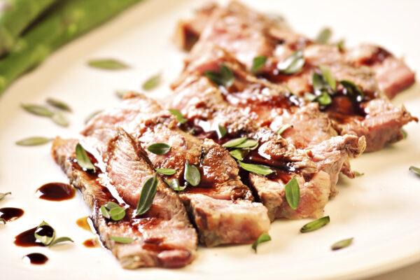 Sliced steak with asparagus